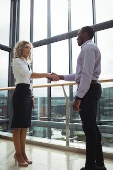 握手する企業幹部