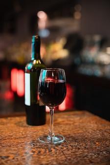バーカウンターに赤ワインのガラス