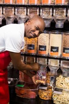 Мужской персонал упаковки товаров в продуктовом отделе супермаркета