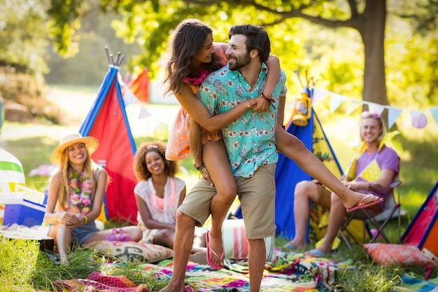 キャンプ場で踊るカップル
