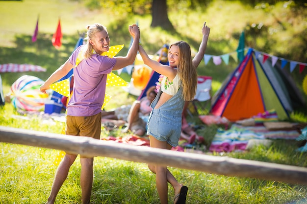 手を繋いでいるキャンプ場の近くを歩くカップル