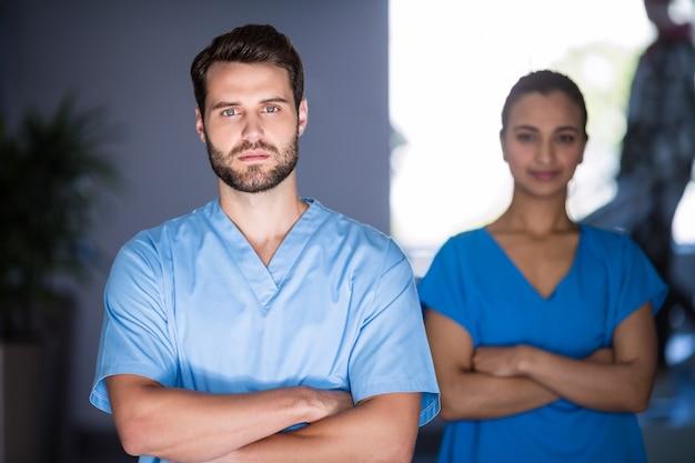 腕を組んで立っている医師の肖像画