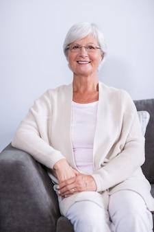 ソファーに座っていた年配の女性の肖像画