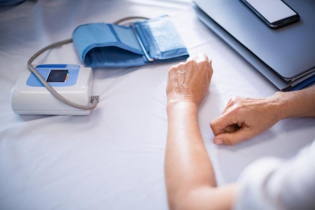 血圧検査を受けている患者