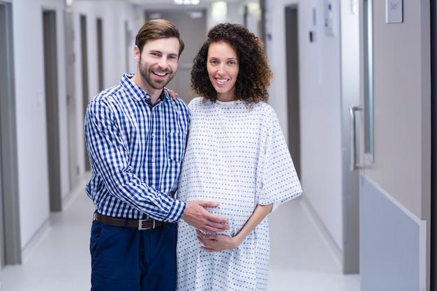 Портрет счастливой пары, стоя в коридоре
