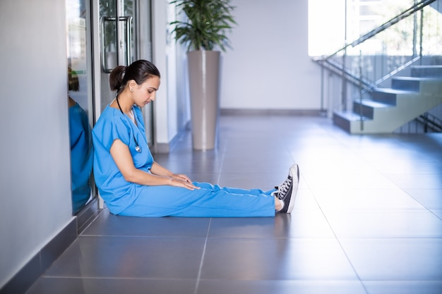 廊下に座っている緊張の女医