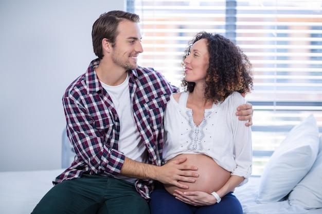 病棟で妊婦を慰める男
