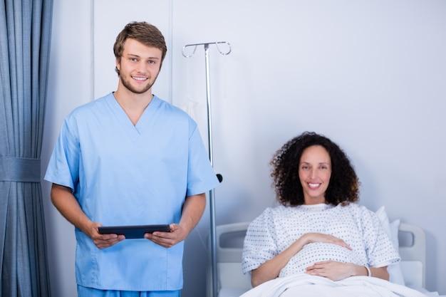 笑顔の医師と区の妊婦の肖像画