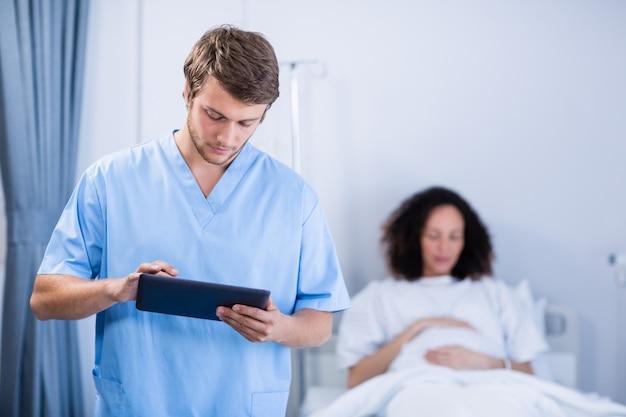 病棟でデジタルタブレットを使用して医師