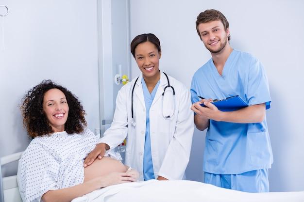 Портрет доктора, изучения беременной женщины в палате