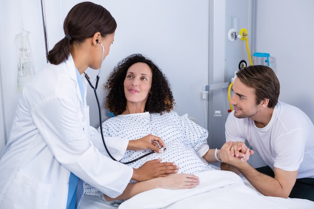 区で妊娠中の女性を調べる医師