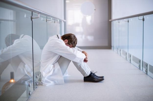 廊下に座って緊張した医者