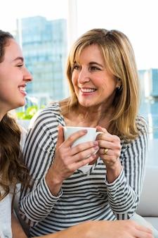 母と娘は台所でお茶を飲みます