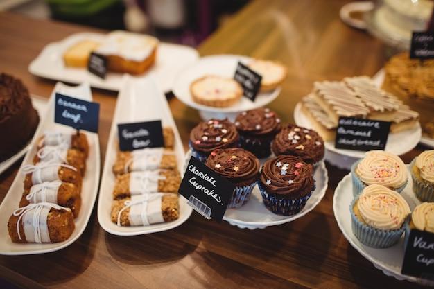 Крупный план различных сладких блюд на стойке