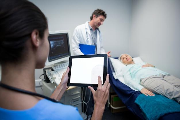 Доктор с помощью цифрового планшета