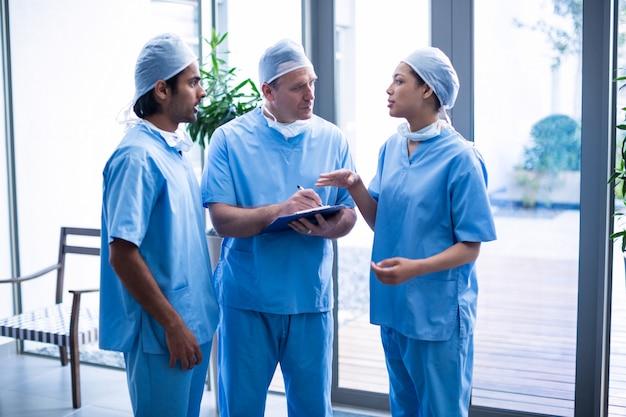 医療報告書について議論する外科医のチーム