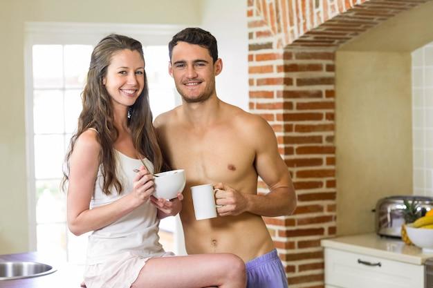 Портрет молодой пары завтракают вместе на кухне