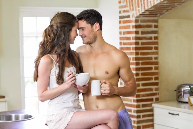 Молодая пара завтракает вместе на кухне