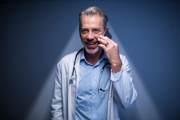 Доктор разговаривает по мобильному телефону