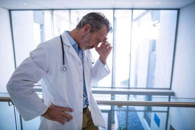 廊下に立っている悲しい医者