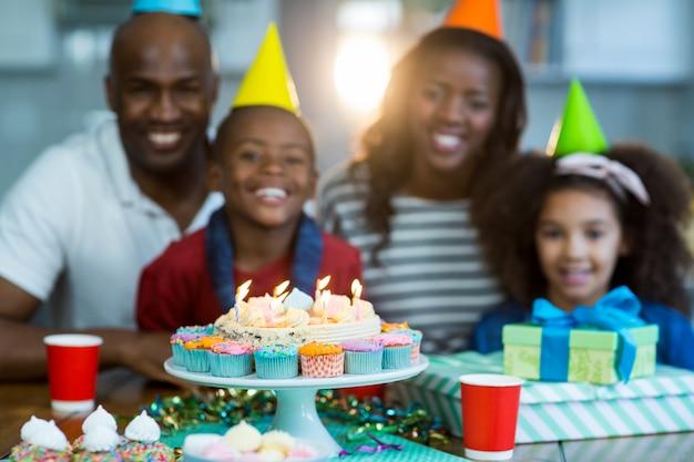 誕生日ケーキを持つ家族の肖像画