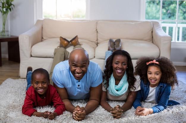 床に横たわって幸せな家族の肖像画