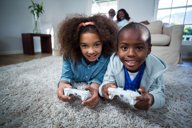Дети играют в видеоигры