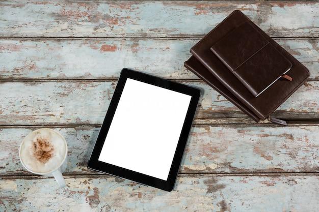Цифровой планшет, дневник и чашка кофе