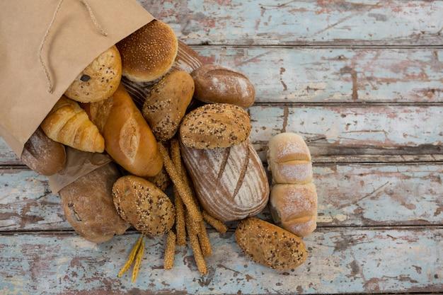 紙袋から出てくる様々なパン