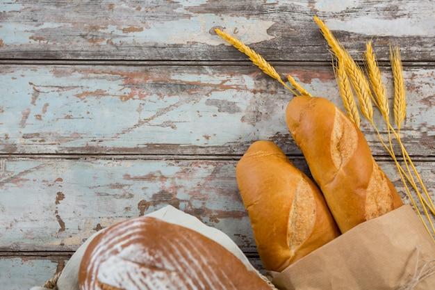 木製のテーブルのパン