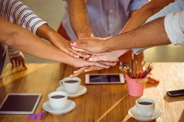 Средняя часть руководителей предприятий, соединяющих руки