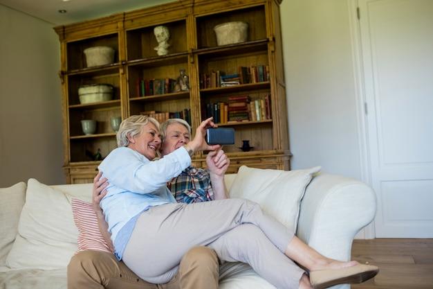 携帯電話を使用して年配のカップル