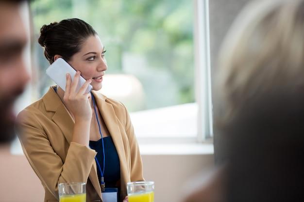 携帯電話で話している女性経営者