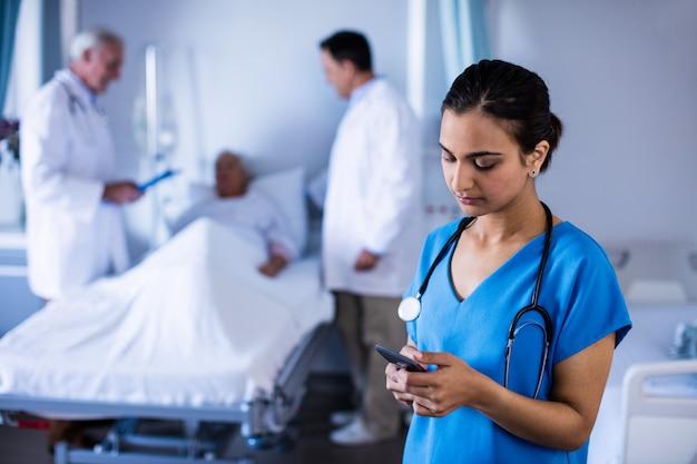 区内の携帯電話で話している女性医師