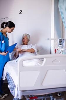 年配の女性を調べる女性医師