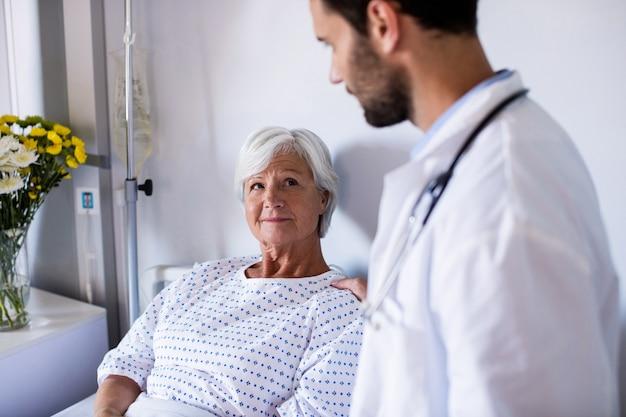 男性医師が女性シニア患者を慰める