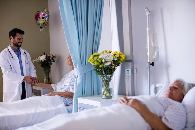 男性の医師が女性のシニア患者を調べる