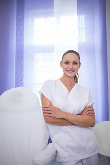 腕を組んで立っている歯科医の肖像画