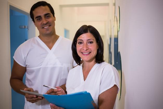 Стоматолог обсуждает доклад с пациенткой