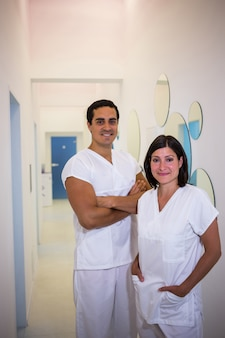 笑顔の男性と女性の歯科医の肖像画