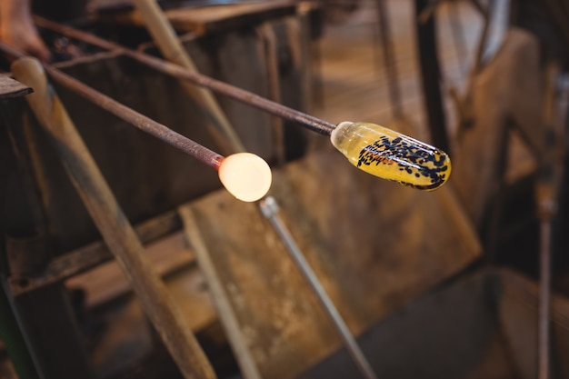 ブローパイプ上の溶融ガラスのクローズアップ