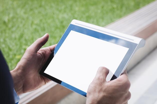 Крупный бизнесмен с помощью цифрового планшета