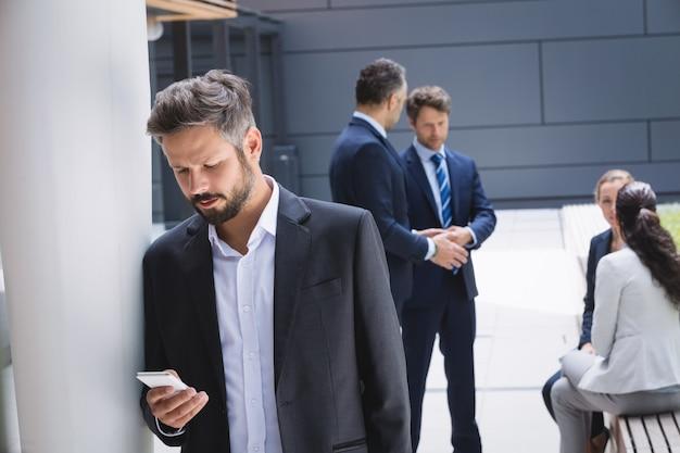 携帯電話を使用するビジネスマン