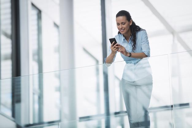 Коммерсантка используя мобильный телефон