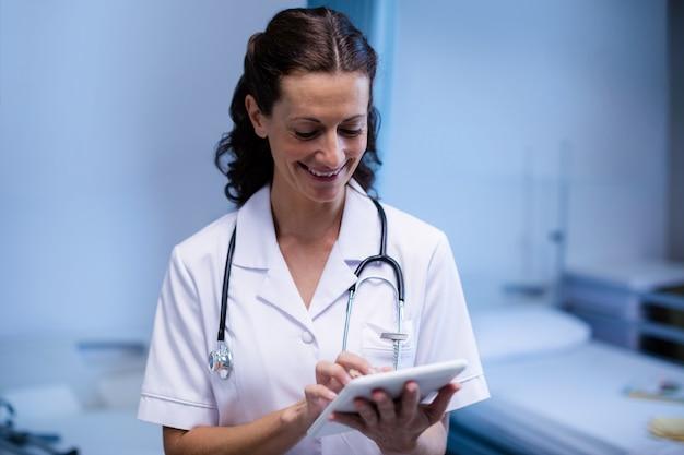 病棟でデジタルタブレットを使用して女性医師