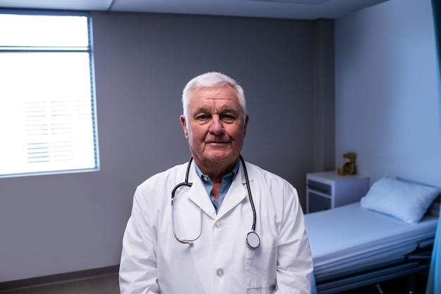 病棟に立っている男性医師の肖像画