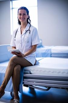 病棟でデジタルタブレットを使用して女性医師の肖像画