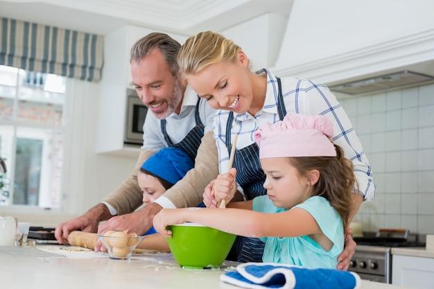 Родители и дети готовят еду на кухне