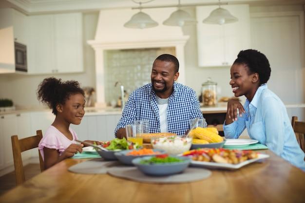 Семья обедает на обеденном столе дома