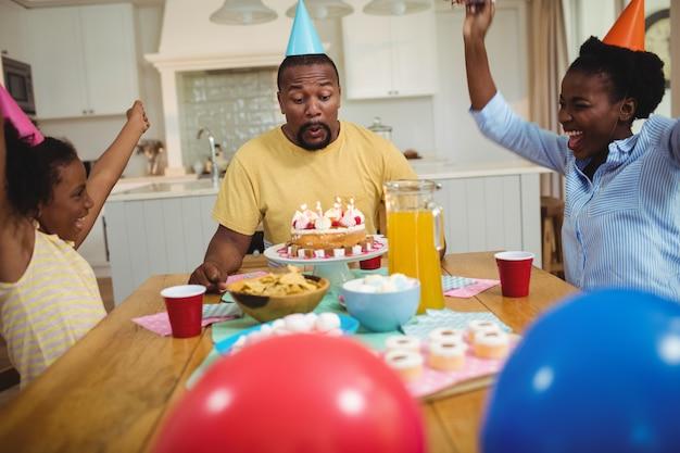 Семья празднует день рождения